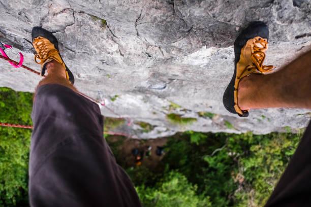 Alpinist Übungen zu eine Klippe klettern – Foto