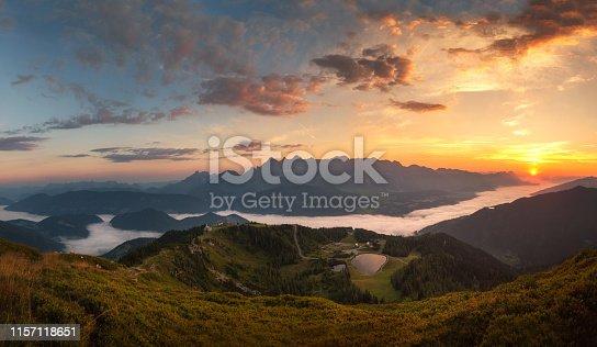 Dachsteinmassiv mit Nebel im Tal und Sonnenaufgang