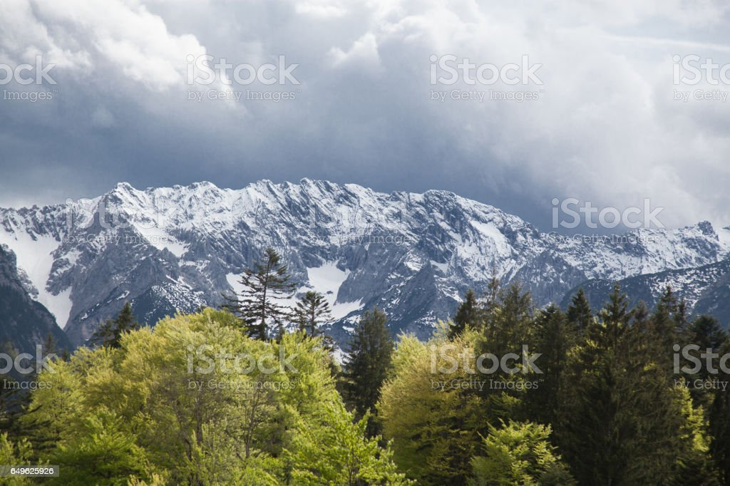 Alpen-Garmisch im Frühling mit grünen Bäumen im Vordergrund – Foto