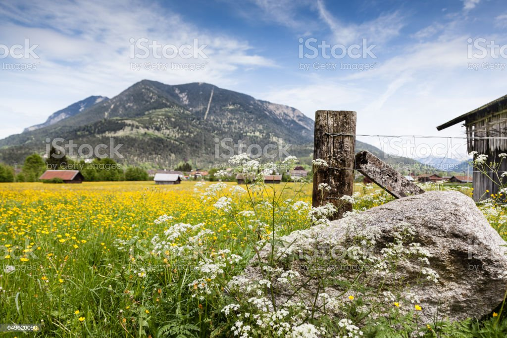 Alpen-Garmisch-Stein in Front, hinten Berg – Foto