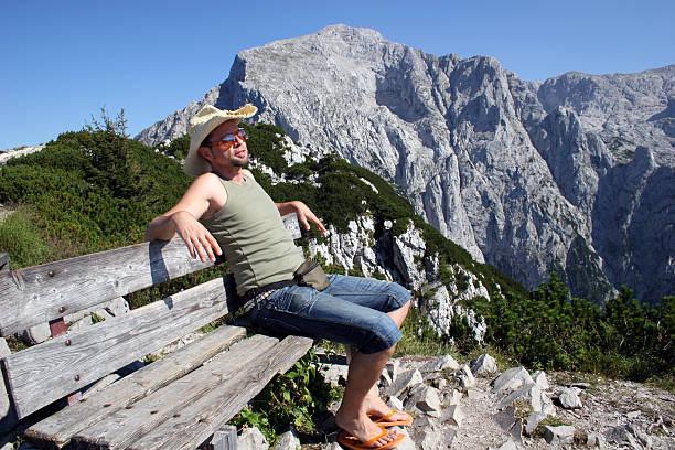 alpen-mann auf bank uhr kehlsteinhaus mit höher göll - andreas weber stock-fotos und bilder