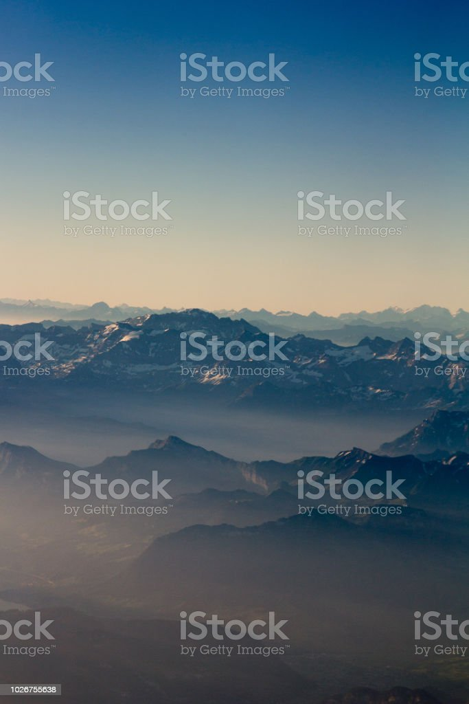 Alpen Berge aus Bereich Luftbild bei Sonnenaufgang. Schweiz. – Foto