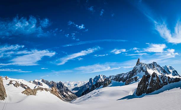 La vallée des montagnes enneigées des Alpes spectaculaires pics rocheux panorama Bleu ciel - Photo