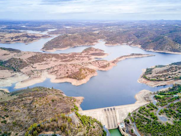 alqueva dam on guadiana river in alentejo, portugal - fotos de barragem portugal imagens e fotografias de stock
