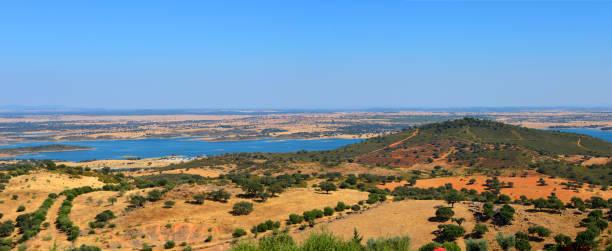 alqueva dam reservoir and the tranquil landscape of the alentejo, seen from monsaraz, portugal - fotos de barragem portugal imagens e fotografias de stock