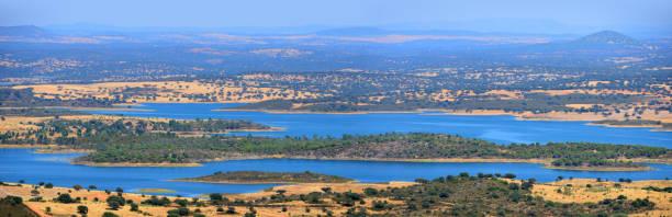 alqueva dam reservoir, seen from monsaraz, alentejo, portugal - fotos de barragem portugal imagens e fotografias de stock