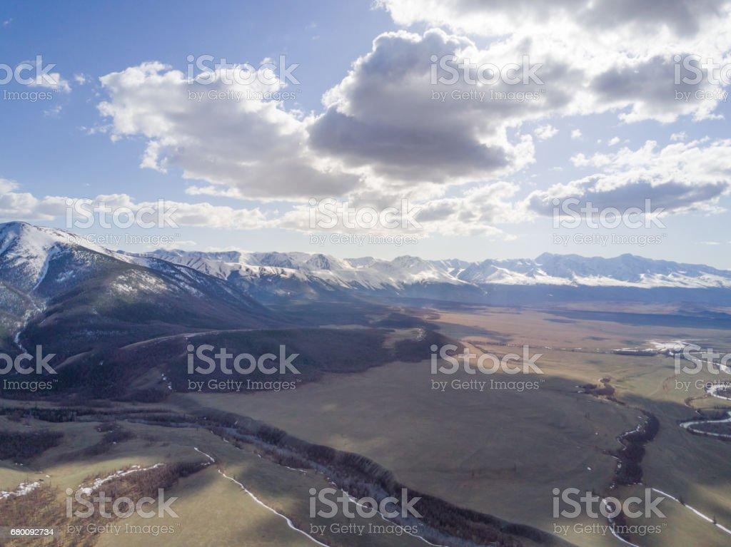 Montañas de Altai. Hermoso paisaje. Rusia. Siberia. Vuelo en quadcopter. Vista superior - foto de stock