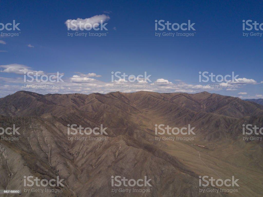 阿勒泰山。美麗的高原風景。俄羅斯。西伯利亞。在 quadcopter 上的飛行。頂視圖 免版稅 stock photo