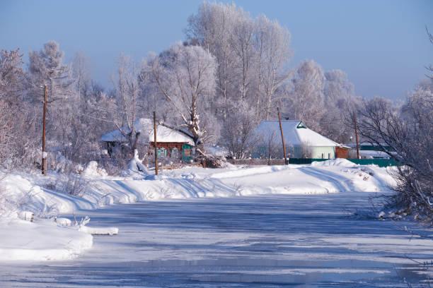 Altai russischen Dorf Talitsa unter Winterschnee am Ufer des Flusses – Foto