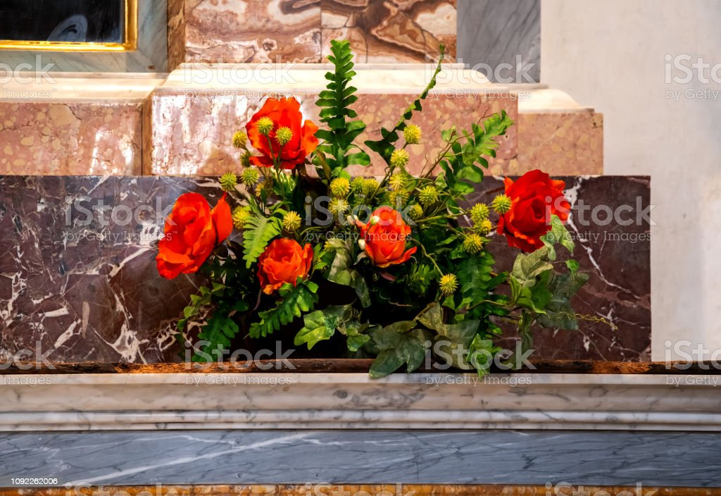 Altar decoration with red roses - foto stock
