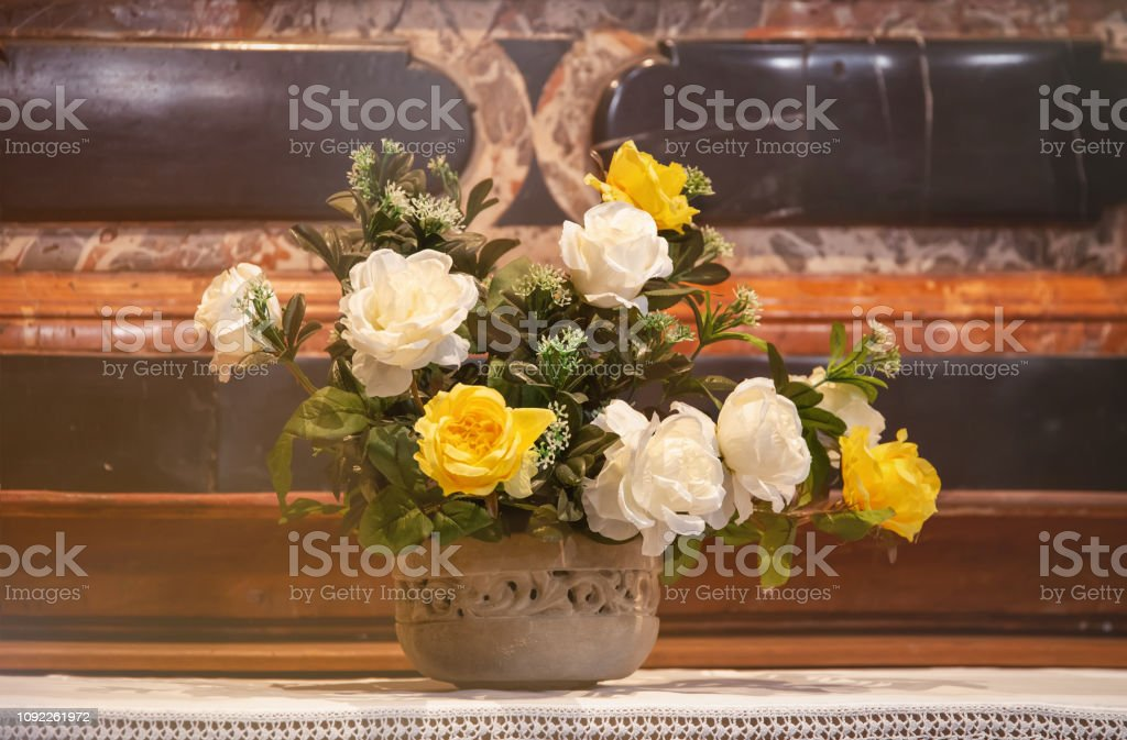 Altar decoration with white and yellow roses - foto stock