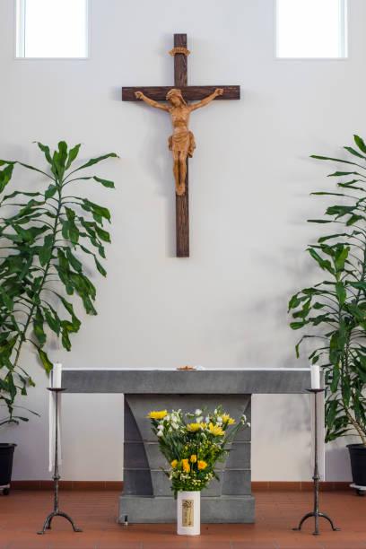 altar der katholischen kirche - altar stock-fotos und bilder