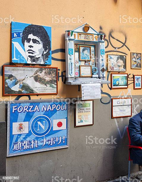 Foto de Altar Of Maradona Outside The Bar Nilo In Naples e mais fotos de stock de Altar