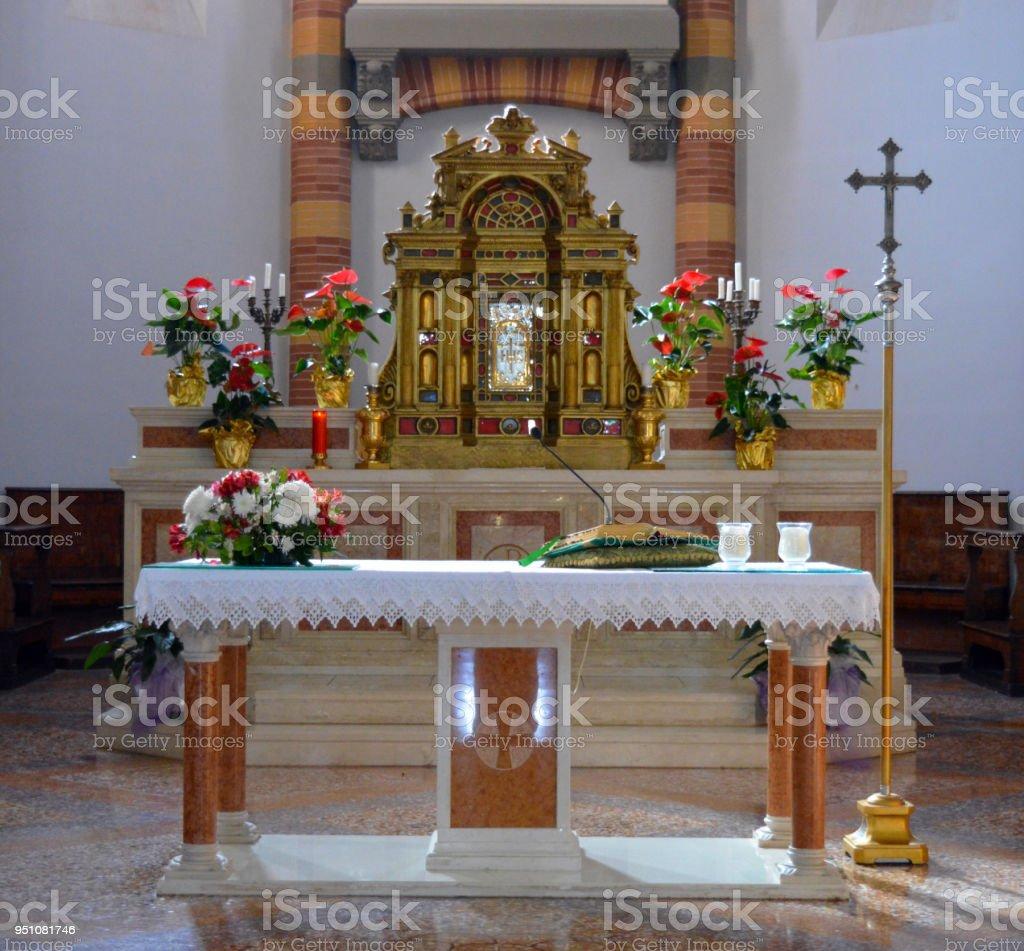 Altare in chiesa stock photo