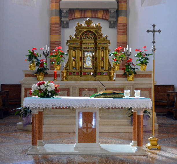 altar in der kirche - altar stock-fotos und bilder