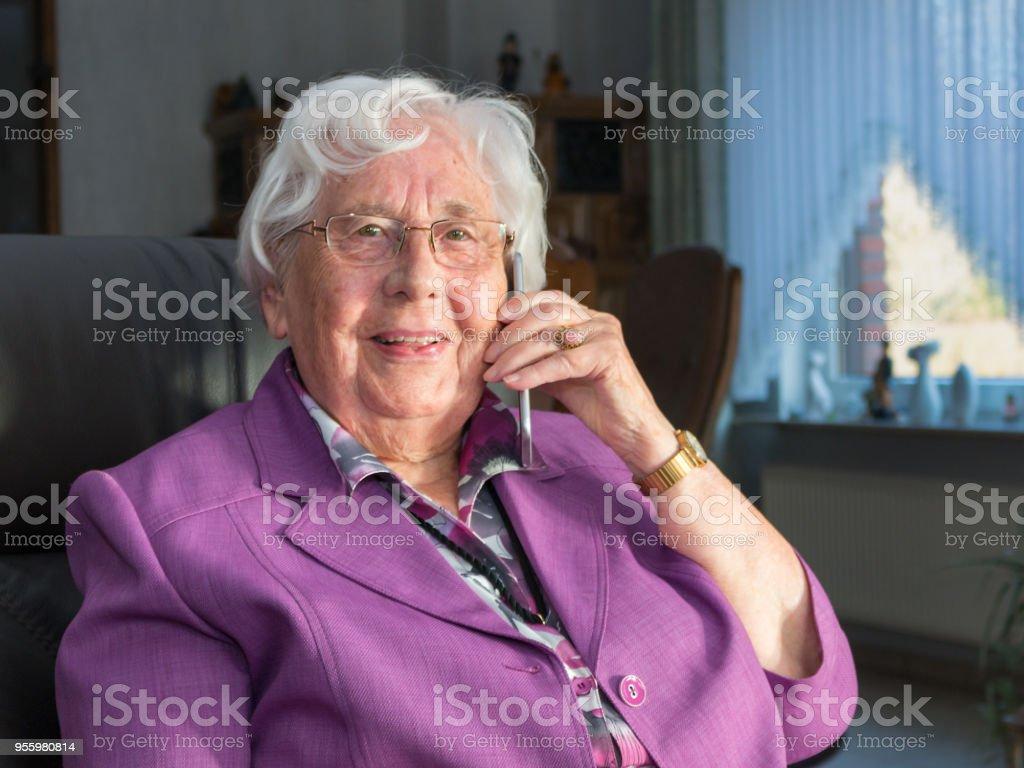 Alte Frau Tätigt Einen wie Mit Einem Smartphone – Foto
