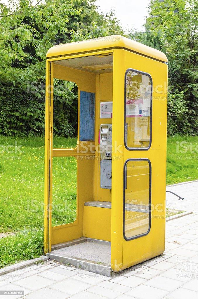 Alte gelbe Telefozelle stock photo