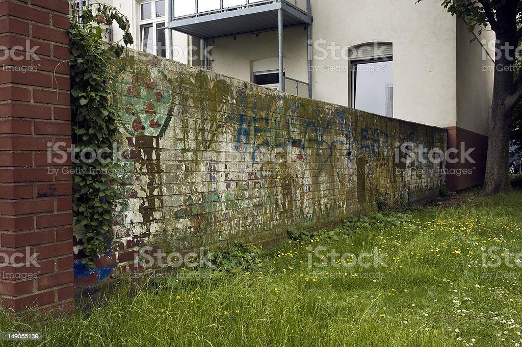Alte Mauer mit Graffitis stock photo