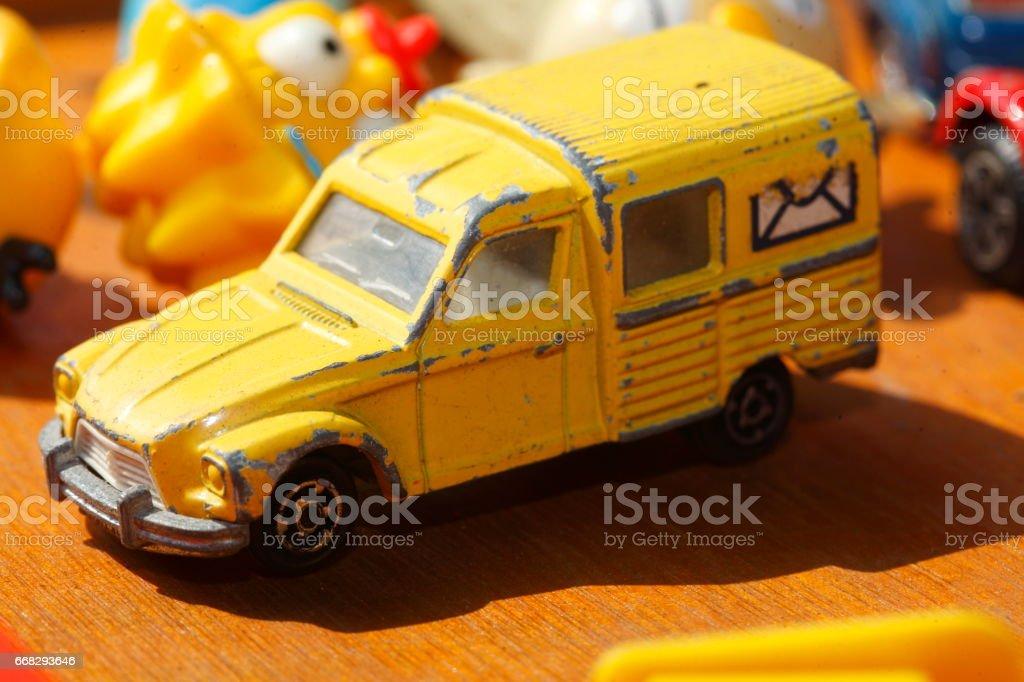 Alte Speilzeugautos auf einem Flohmarkt stock photo