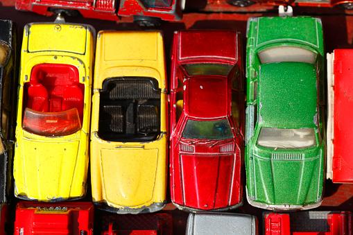 Alte Speilzeugautos auf einem Flohmarkt