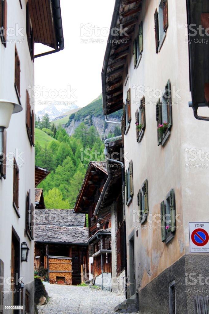 Alte, Traditionelle Häuser In Einem Dorf In Der Schweiz, Splügen, Alpine  Landschaft Im