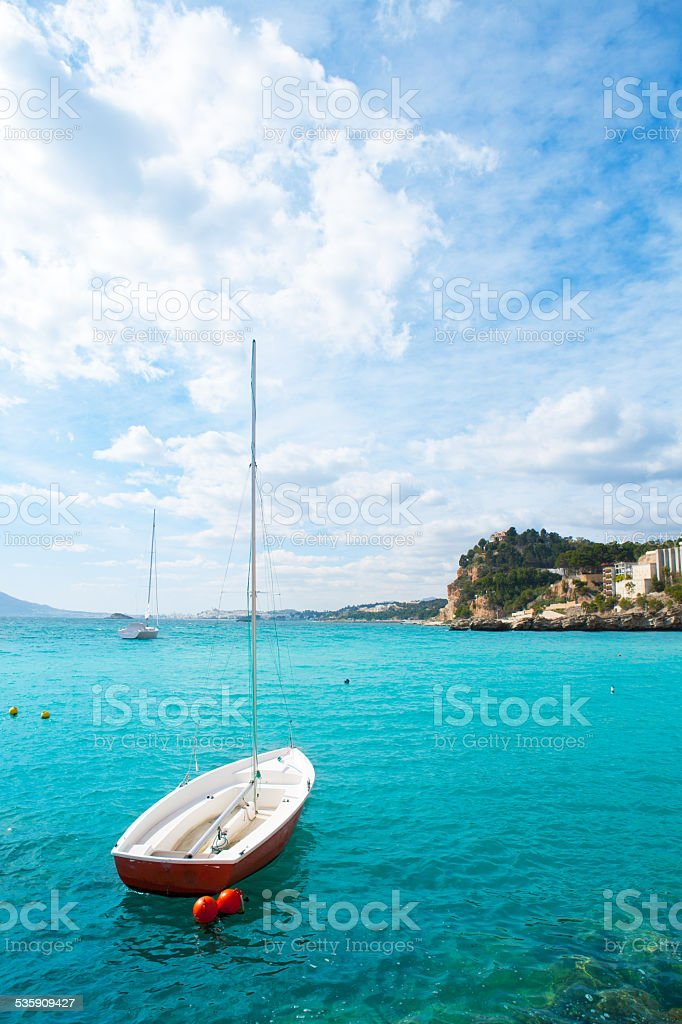 Altea mar Mediterráneo detalle con barco de vela en alicante - foto de stock