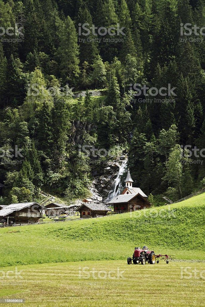 Alter Traktor bei Landarbeit royalty-free stock photo