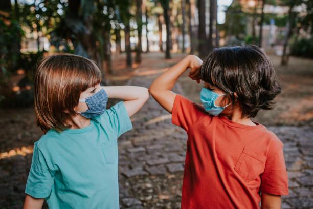 covide-19 poignées de main alternatives - masque enfant photos et images de collection