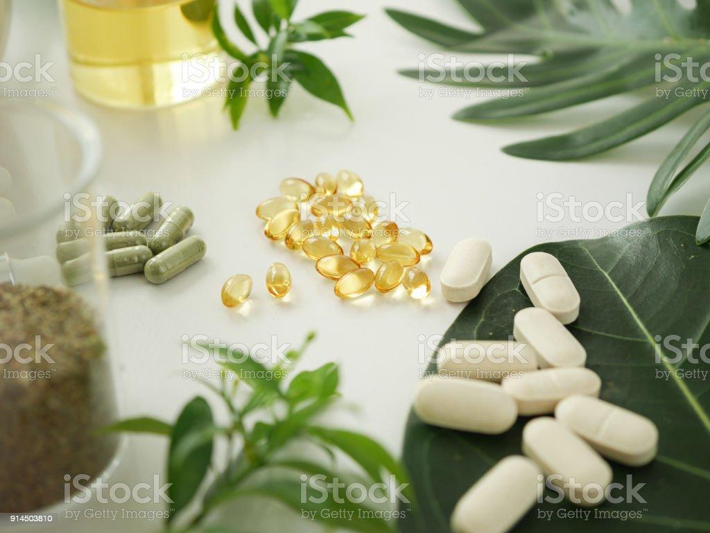 Medicina de la hierba alternativa. vitamina herbaria sobre fondo blanco. foto de stock libre de derechos