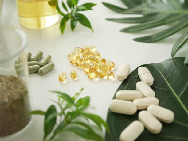 alternative kräuter medizin. pflanzliche vitamin auf weißem hintergrund. - nahrungsergänzungsmittel stock-fotos und bilder