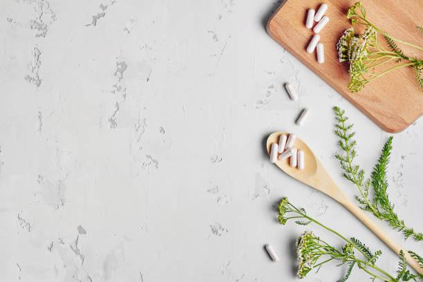 medicina alternativa, naturopata e integratore alimentare - flat lay foto e immagini stock