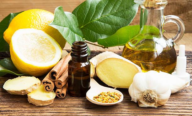 medicina alternativa con aglio, zenzero e olio e limone - oli, aromi e spezie foto e immagini stock