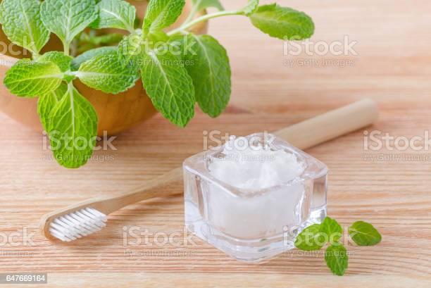 Alternative Natürliche Zahnpasta Kokosnussöl Und Holz Zahnbürste Closeup Minze Auf Holz Stockfoto und mehr Bilder von Ausrüstung und Geräte