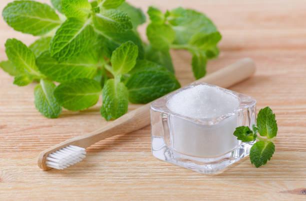 alternatif doğal diş macunu xylitol, soda, diş fırçası, tuz ve ahşap üzerinde ahşap nane - nane şeker stok fotoğraflar ve resimler