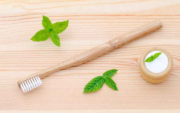 alternative Holz Zahnbürste und xylitol, Limonade, pulver, Salz und Pfefferminze auf – Foto