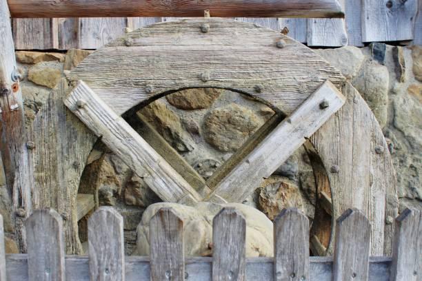 altes wasserrad einer wassermühle aus holz, bayern - sich im kreis drehen stock-fotos und bilder