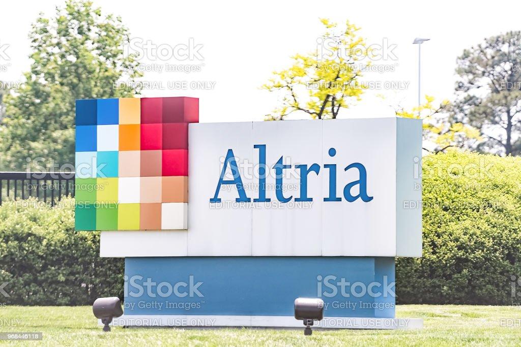 Sinal de escritório Altria em Virginia cidade capital tabaco negócios closeup pela estrada rua, empresa-mãe da Philip Morris - foto de acervo