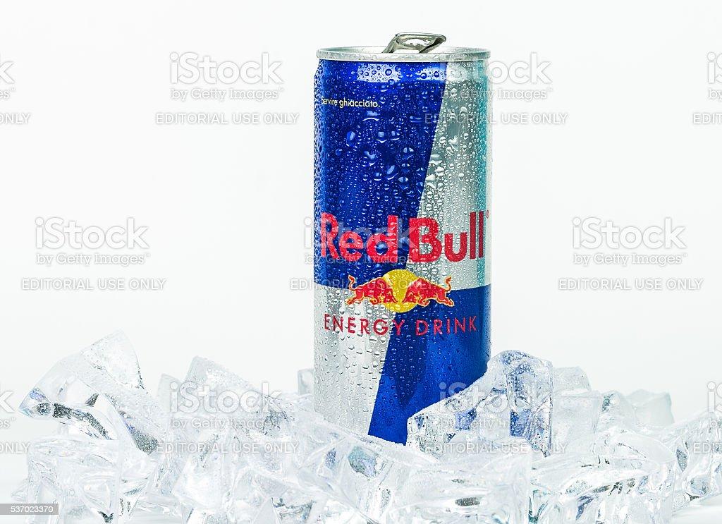 Alumínio pode de bebida energética Vermelho Touro fundo gelado foto  royalty-free fff54c2ad25