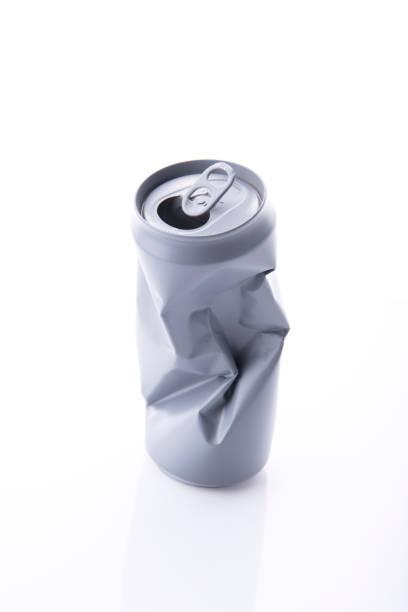 Aluminiumdose. Recycling-Konzept isoliert auf weißem Hintergrund. – Foto