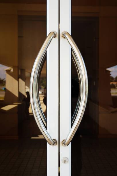puxador de porta de alumínio - maçaneta manivela - fotografias e filmes do acervo