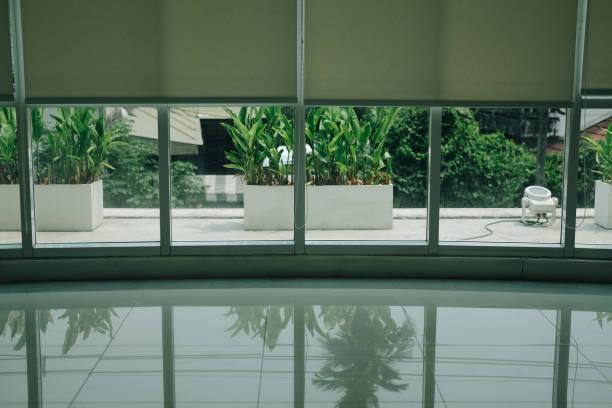 Aluminiumfenster & weißer Rollläden Jalousien – Foto