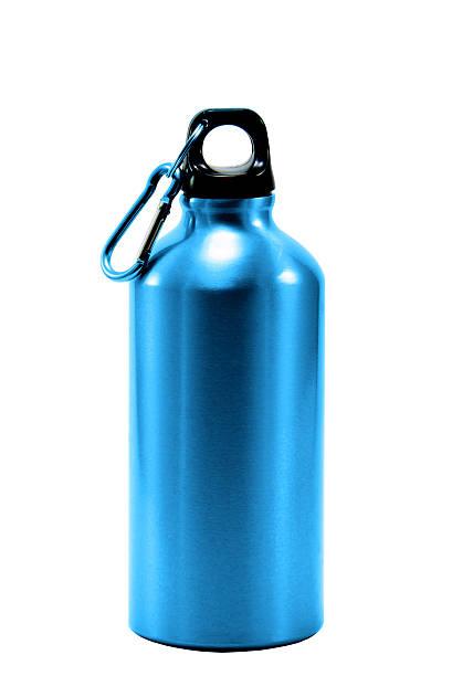 água em garrafa de alumínio isolado fundo branco  - sports water bottle - fotografias e filmes do acervo