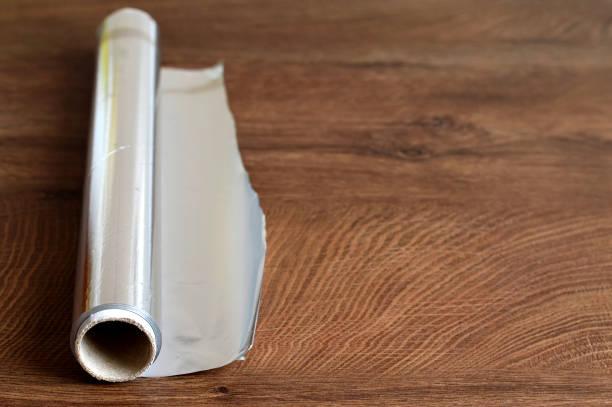 Aluminium-Folie auf einem hölzernen Hintergrund – Foto