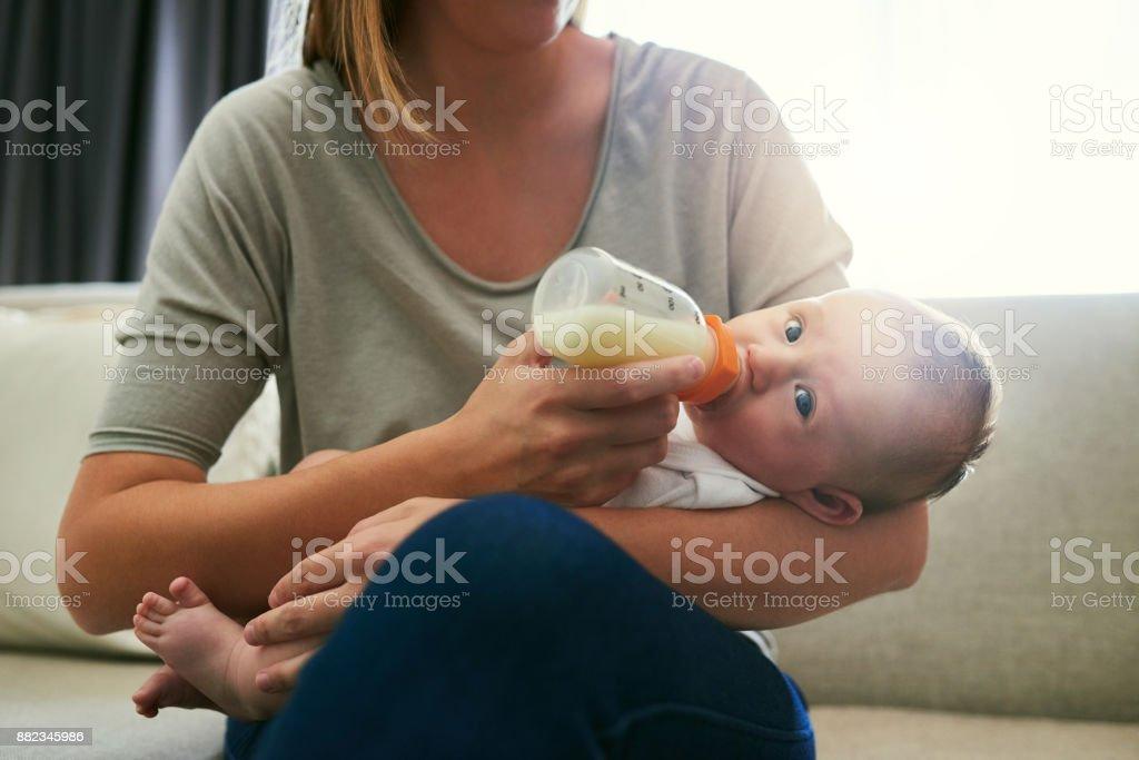 我總是確保我的寶寶喝她的瓶子圖像檔