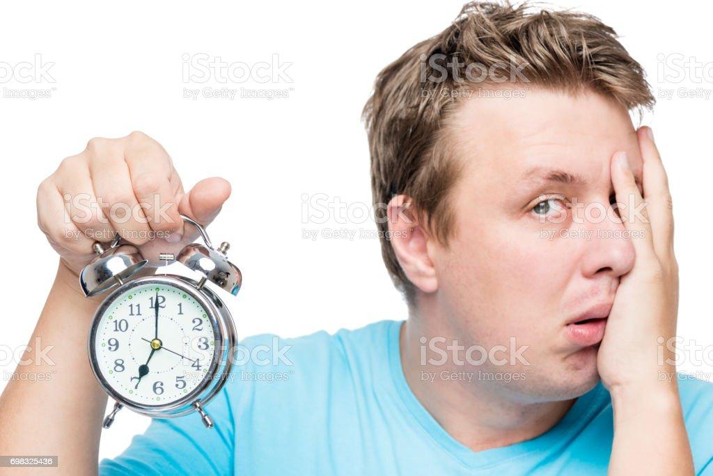 07:00 no relógio alarme. Um retrato de um homem com sono é isolado - foto de acervo