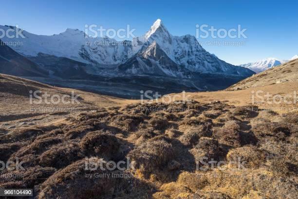 Ama Dablam Mountain Peak From Chukung Ri View Point Everest Region Nepal — стоковые фотографии и другие картинки Moraine