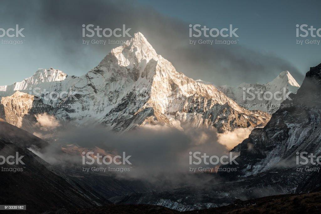 Montagne de Ama Dablam. Soleil illumine les pentes. Montagnes de l'Himalaya, au Népal. photo libre de droits
