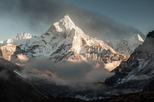 ama dablam mountain. sun illuminates slopes. himalayan mountains, nepal. - snowy mountains stock photos and pictures