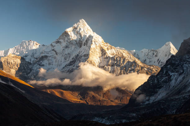ama dablam (6856m) peak near the village of dingboche in the khumbu area of nepal, on the hiking trail leading to the everest base camp. - mountain stock photos and pictures