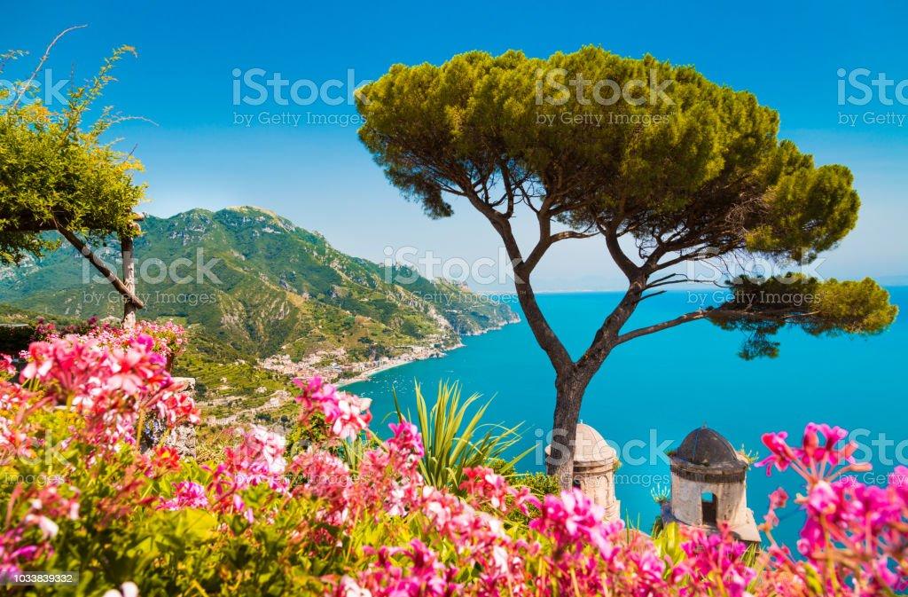 Amalfi-Küste mit Golf von Salerno aus Gärten der Villa Rufolo in Ravello, Kampanien, Italien – Foto